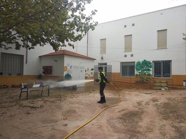 Un militar de la UME desinfecta el exterior de la residencia de ancianos Nuestra Señora de los Dolores.