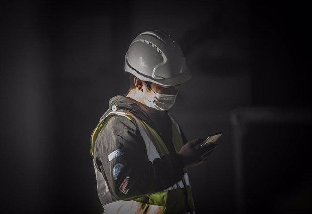 Un trabajador con mascarilla en Barcelona durante el estado de alarma por el coronavirus