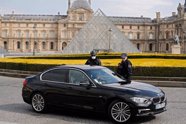 Policías delante del Museo del Louvre de París, Francia, durante la crisis del coronavirus