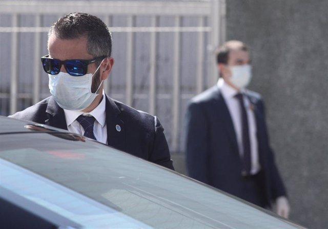 Miembros de seguridad con mascarilla escoltan al presidente del gobierno, Pedro Sánchez, durante la visita que ha realizado a las instalaciones interiores de la empresa Hersill, donde gracias al programa de reorientación de líneas industriales y producció