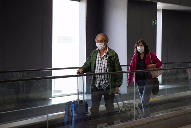 Unos pasajeros con mascarillas en Sao Paulo.