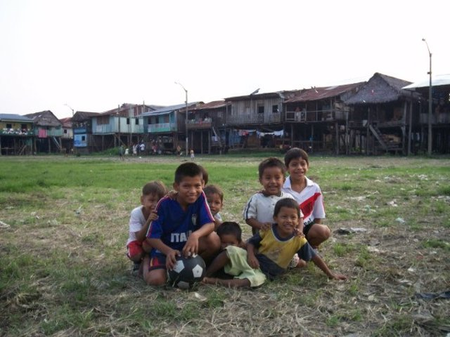 Niños en la ciudad amazónica de Iquitos (Perú)
