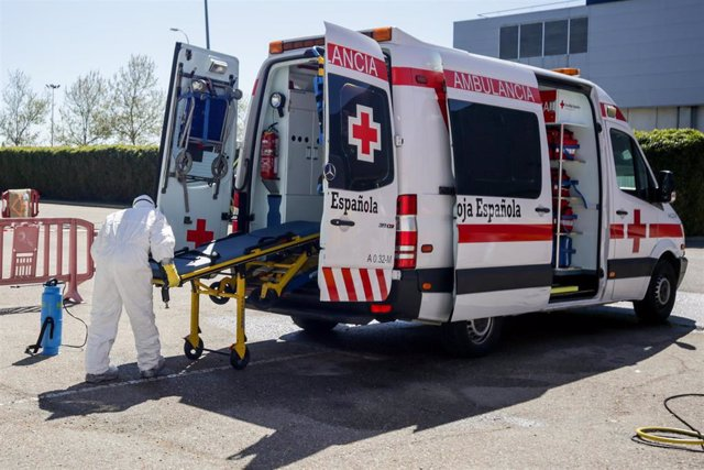 Bomberos de la Comunidad de Madrid desinfectan ambulancias de Cruz Roja utilizadas para trasladar pacientes con coronavirus en un punto habilitado cercano al Hospital de Campaña de IFEMA, en Madrid (España), a 3 de abril de 2020.