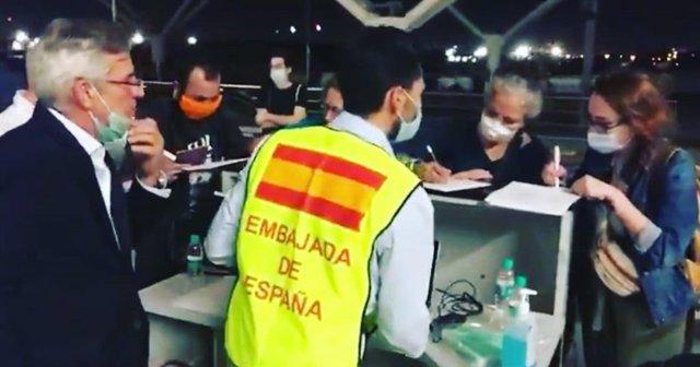 Pasajeros registrándose para el vuelo de regreso desde India