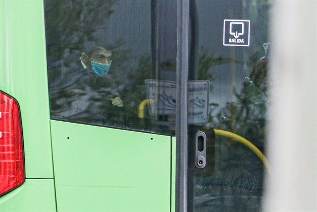 Dos policías militares al lado de uno de los autobuses cuyos pasajeros son pacientes contagiados con coronavirus que van del Hospital 12 de Octubre hacia el Hospital de Campaña de IFEMA, en Madrid, (España), a 1 de abril de 2020.