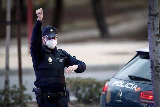 Un policía nacional, en la puerta de Urgencias del Hospital Quirón Salud, en Madrid
