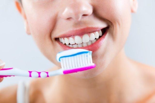Mujer se limpia los dientes