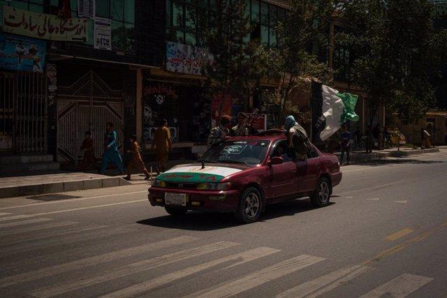 Un vehículo circula por las calles de Kabul