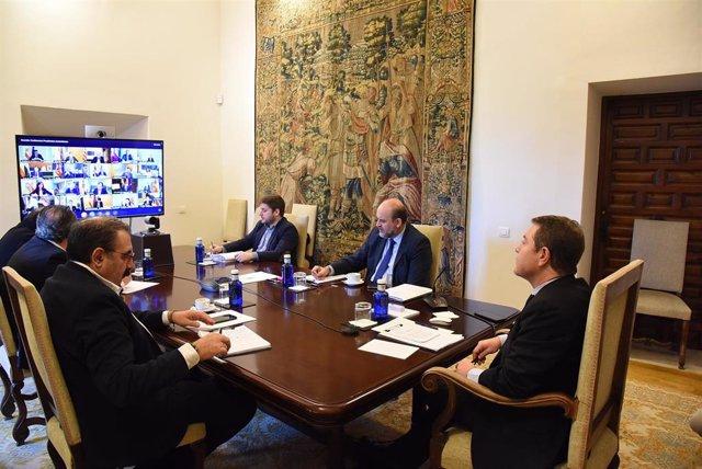 El presidente de Castilla-La Mancha, Emiliano García-Page, participa en la videoconferencia con Pedro Sánchez.