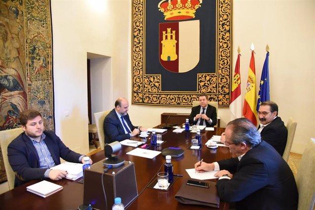 El presidente de Castilla-La Mancha, Emiliano García-Page, participa en la videoconferencia de presidentes autonómicos con Pedro Sánchez.