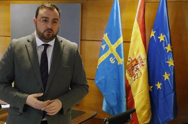 El presidente asturiano, Adrián Barbón, tras reunirse por videoconferencia con Pedro Sánchez.