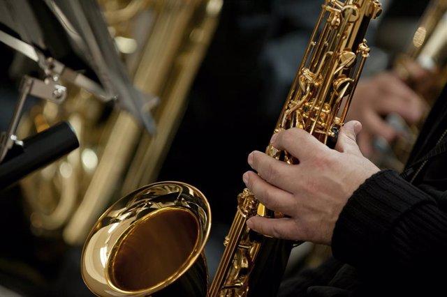 Una persona tocando un instrumento