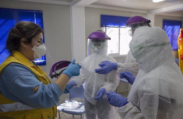 Personal sanitario se forma en la colocación y retirada del  Equipo de Protección Individual (EPI) para evitar posibles contagios, durante un curso de formación en medidas de seguridad frente al coronavirus (Covid-19), programado por SAMU en su Escuela de