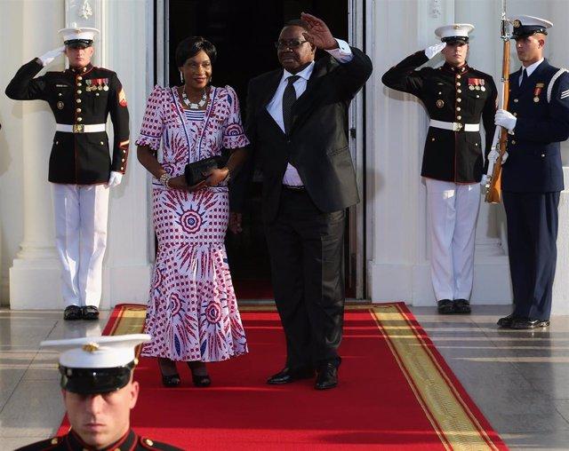 El presidente de Malaui, Peter Mutharika, acompañado por la primera dama en una visita a la Casa Blanca