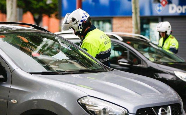 La Policía Local de Sevilla efectuando un control de autobuses para que los ciudadanos respeten el estado de alarma decretado por el gobierno debido al coronavirus Covid-19. A todos los usuarios del transporte público un agente les pregunta de donde vie