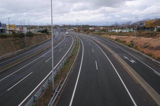 Un camionero circula con su camión por la Autovía A7 a su paso entre Reus y Tarragona siendo uno de los colectivos permitidos para desplazarse por ser considerado un servicio esencial.