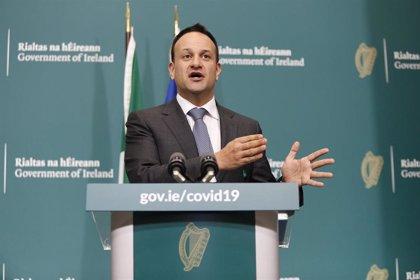 El primer ministro irlandés retoma su labor como médico para combatir el coronavirus