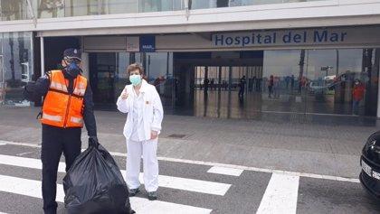 Un centenar de voluntarios de L'Hospitalet (Barcelona) ayudan a personas vulnerables