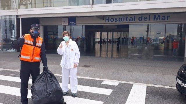 Protecció Civil entrega 50 màscares de bussejo lliurades per veïns de L'Hospitalet de Llobregat (Barcelona)
