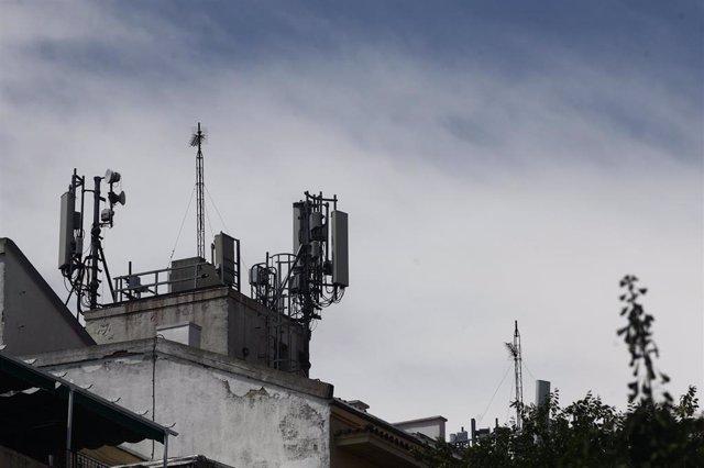 Imagen de antenas de telefonía en el tejado de una casa en la ciudad de Madrid.