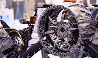 El rover Perseverance recibe sus ruedas para Marte