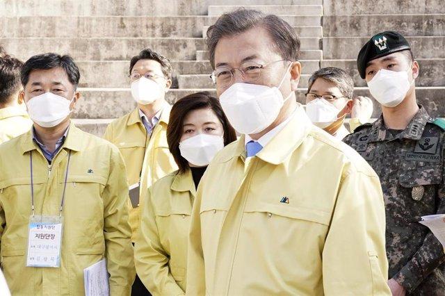Moon Jae In durante un encuentro con personal médico en Corea del Sur.