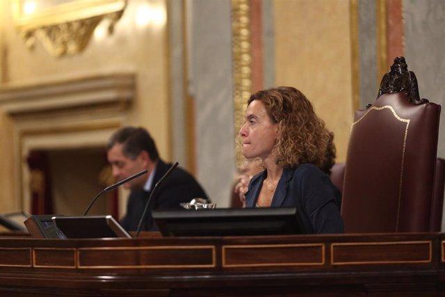 La presidenta del Congreso, Meritxell Batet, en una  sesión de control. Al fondo, el secretario general de la Cámara y letrado mayor