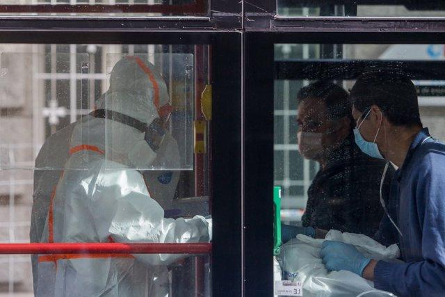 Dos enfermos leves de Covid-19 son trasladados desde el Hospital de La Princesa al hospital de campaña en IFEMA en un autobús.