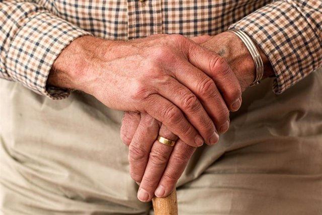 Mans d'una persona gran