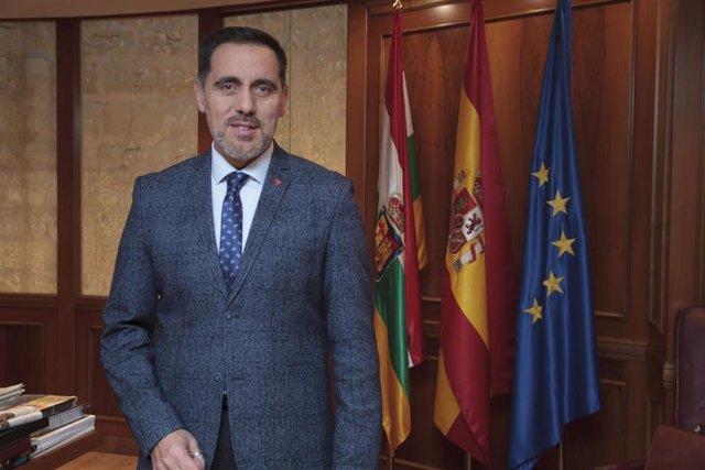 El presidente del Parlamento de La Rioja, Jesús María García, posa tras su entrevista con Europa Press, en Logroño /La Rioja (España), a 20 de noviembre de 2019.