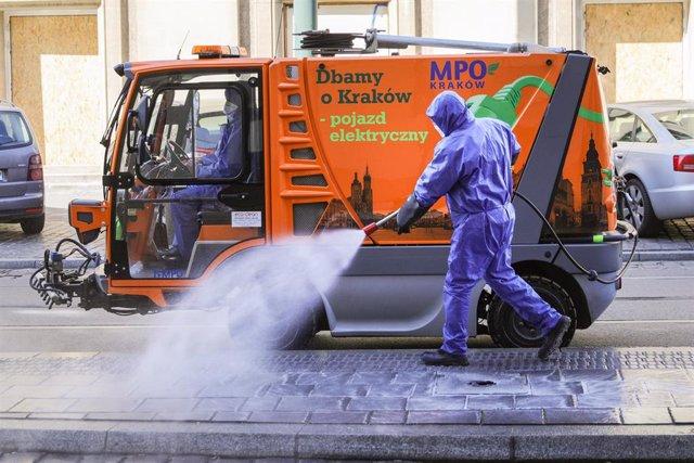 Desinfección de una calle en Cracovia