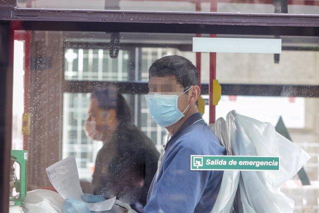 Dos enfermos leves de Covid-19 son trasladados desde el Hospital de La Princesa al hospital de campaña en IFEMA en un autobús