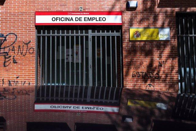 Rejas en las puertas de una Oficina de Empleo cerrada
