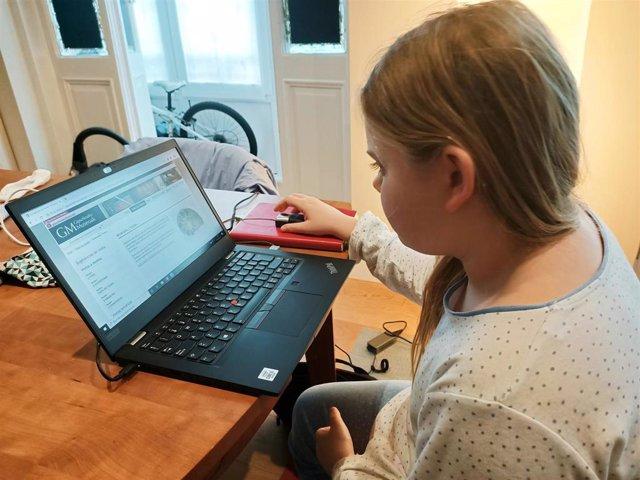Una niña consulta la web de museso a través de Internet