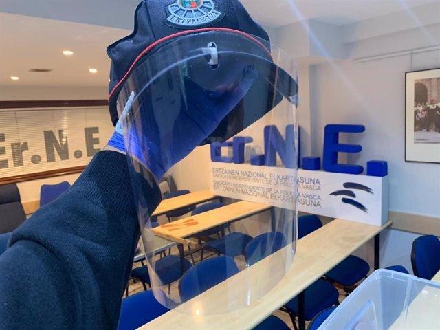 Una de las pantallas protectoras que se están realizando y distribuyendo desde el sindicato ErNE