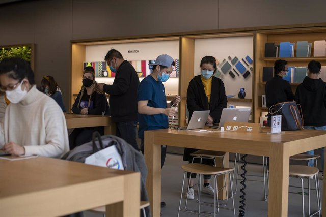April 1, 2020 - Shanghai, China: Staff and customers at the Apple Store at iapm mall. According to official figures almost 942,000 people have been infected with the virus globally (82,394 of them in China). More than 47,500 people have died from the dise
