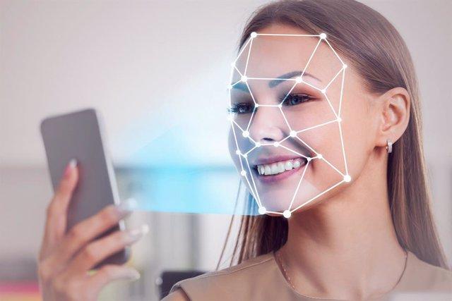Una dona fa servir la identificació biomètrica amb el seu 'smartphone'.