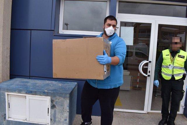 Llegada de 1.200 test al aeropuerto de Melilla enviados por el Ministerio de Sanidad