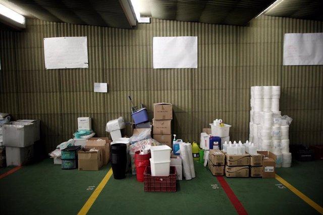 Cajas en el centro logístico de la Comunidad de Madrid con  donaciones de material sanitario