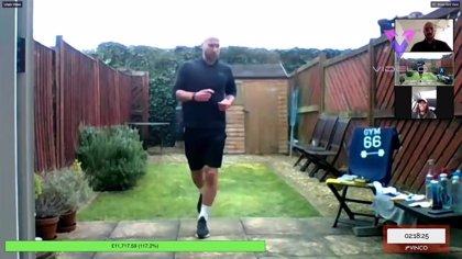 Un hombre completa un maratón dando vueltas al patio de su casa para recaudar fondos durante la crisis del coronavirus