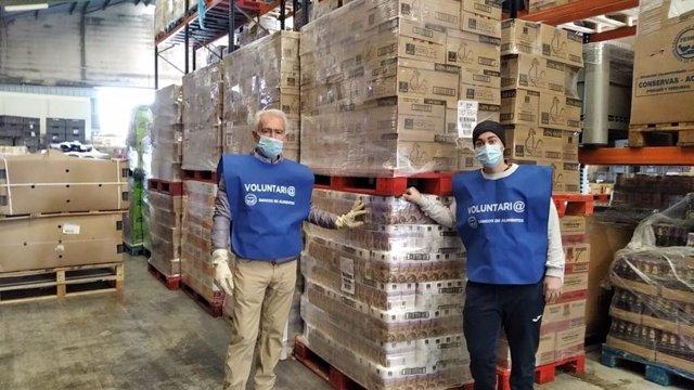 Voluntarios del Banco de Alimentos con la donación
