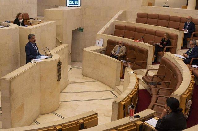 El presidente de Cantabria, Miguel Ángel Revilla, comparece con guantes en el Pleno del Parlamento para informar del COVID en Cantabria