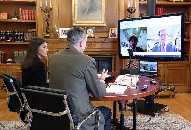 Los Reyes de España en una videconconferencia con los representantes de la patronal hotelera