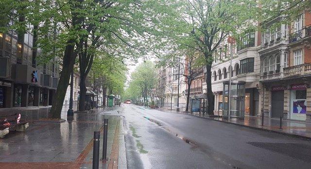 Imagen de una jornada lluviosa en Bilbao, con la Gran Vía desierta como consecuencia del estado de alarma