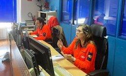 Imagen de los profesionales del 061 atendiendo llamadas.