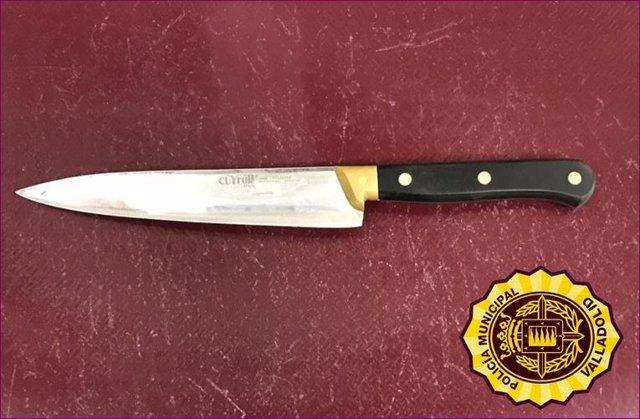 Cuchillo intervenido al individuo con el que presuntamente amenazó a sus padres.