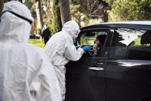 Un metge pren mostres a un conductor a Roma