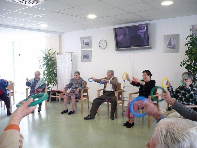 Ancianos haciendo ejercicio en la residencia Can Blai