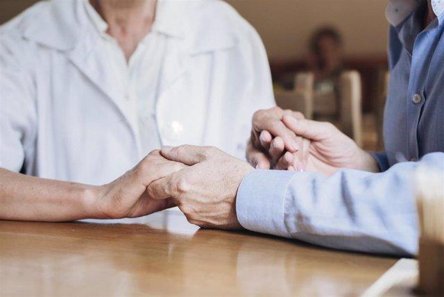 Persona mayor con su cuidadora