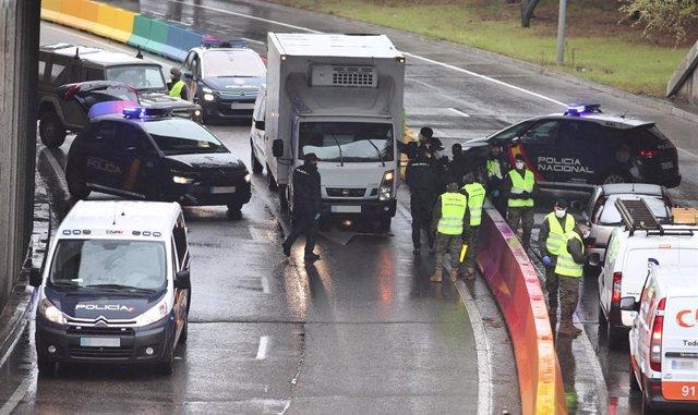 Varios militares del ejército y policías nacionales efectúan un control de tráfico en la carretera de Alcobendas (Madrid) durante la tercera semana de confinamiento por la crisis del coronavirus